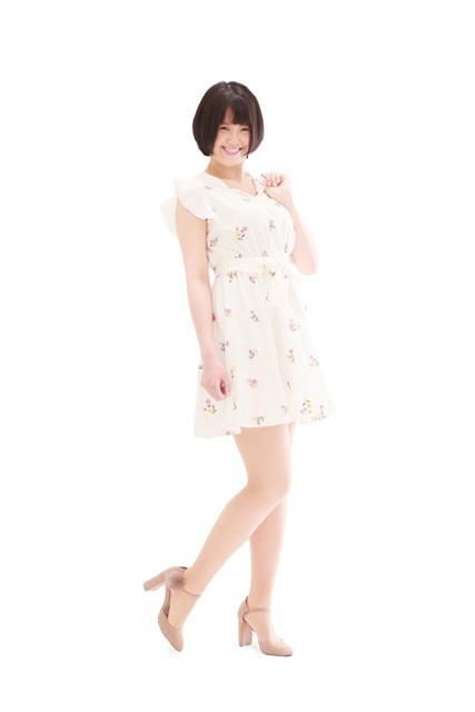 白い服のオーディション写真の全身ポーズ
