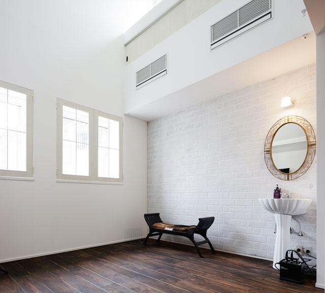 白いタイル・木製窓